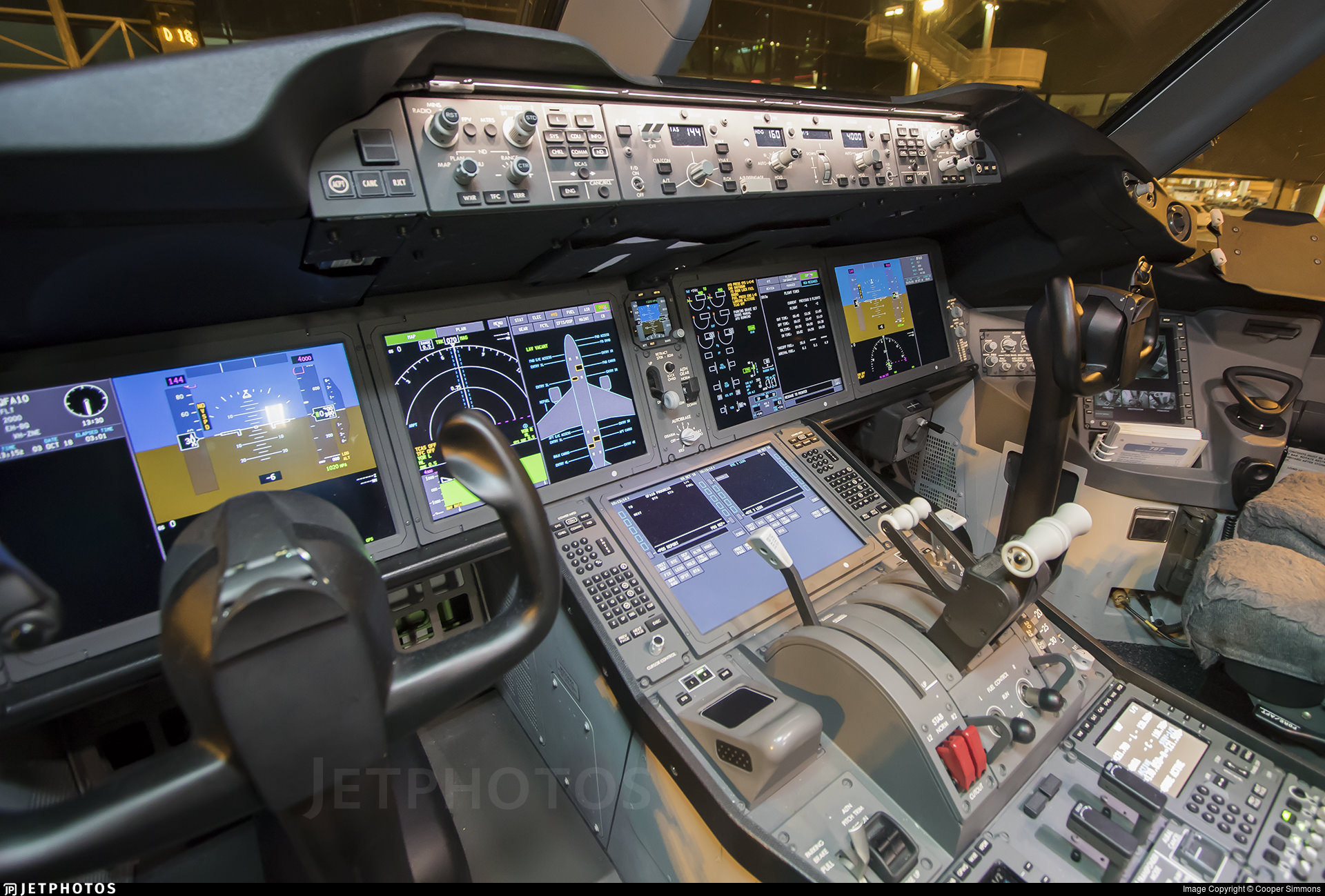 The flight deck of  a Qantas 787