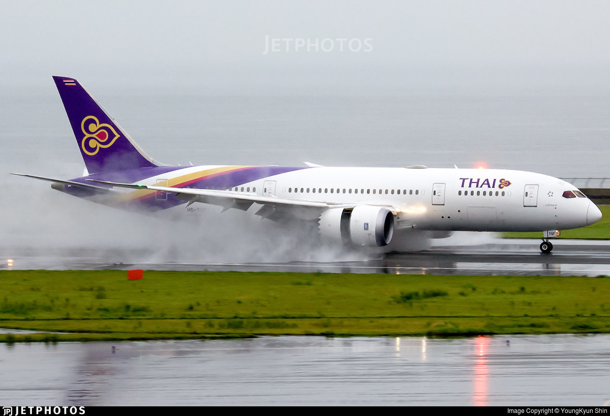 A Thai Airways 787 kicking up spray in Nagoya with reverse thrust