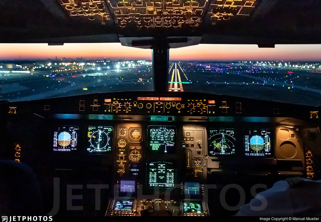 Lufthansa A340 flight deck