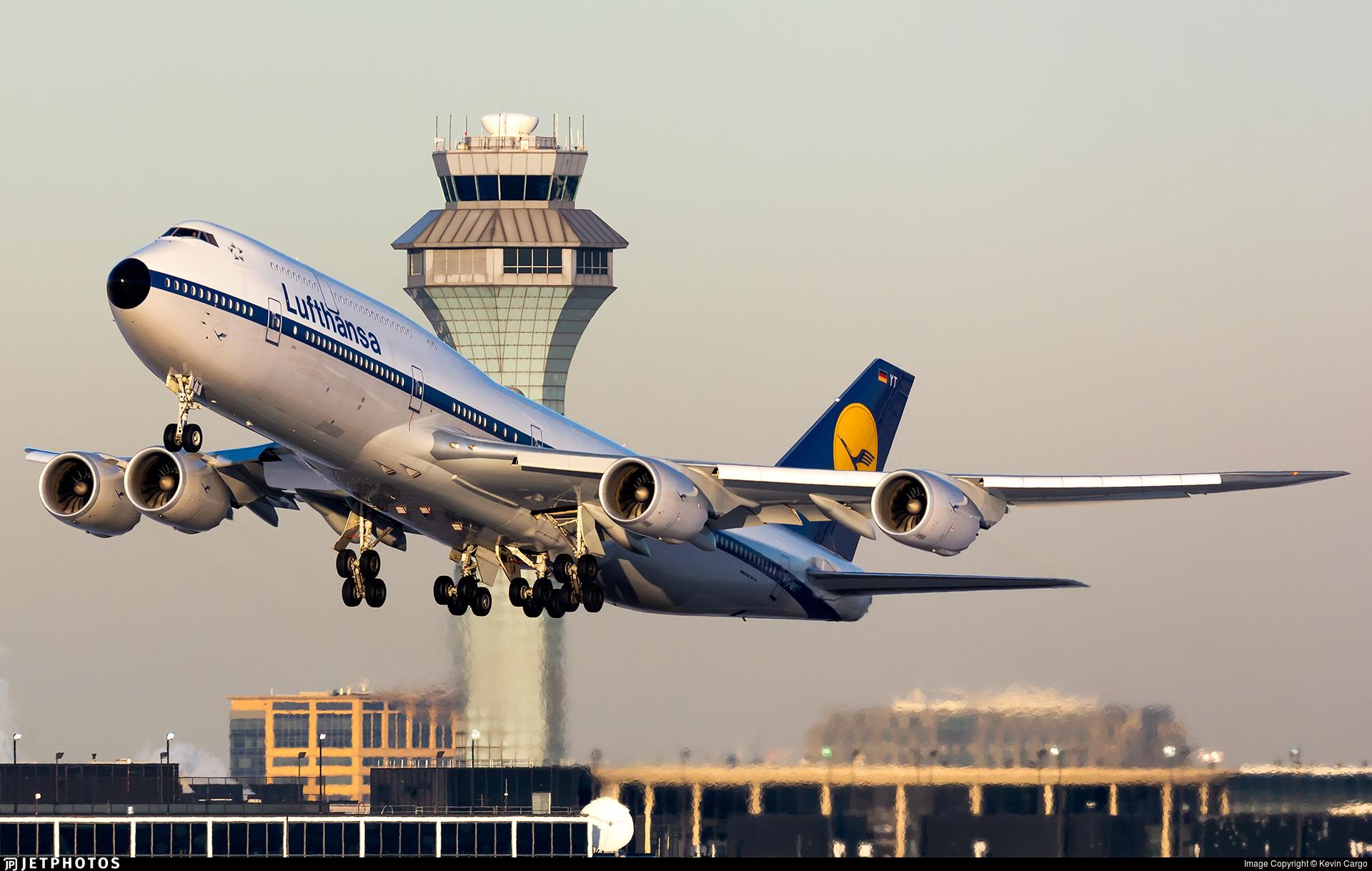 Lufthansa 747 departing Chicago