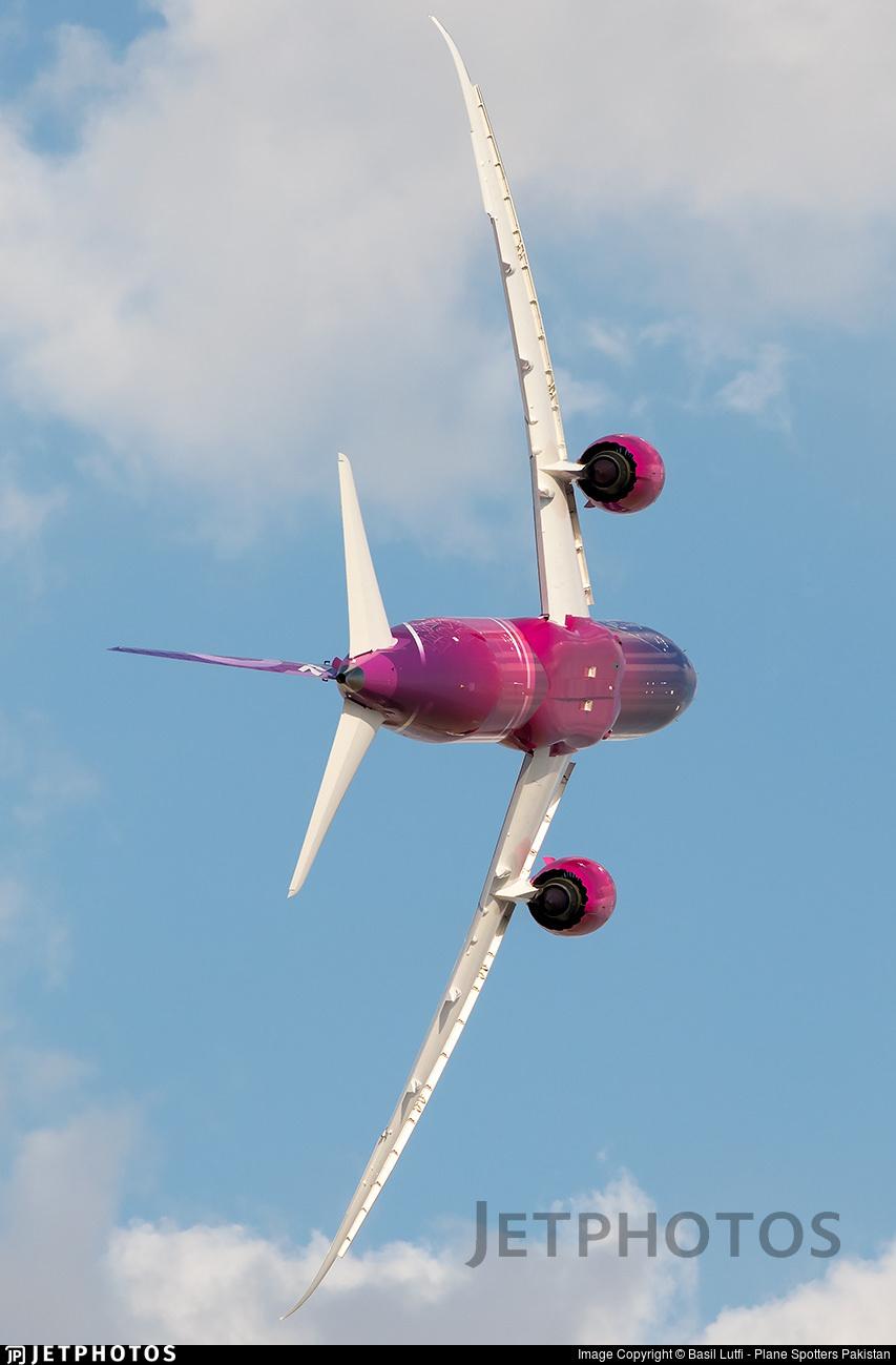 Boeing 787 performing at the Dubai air show