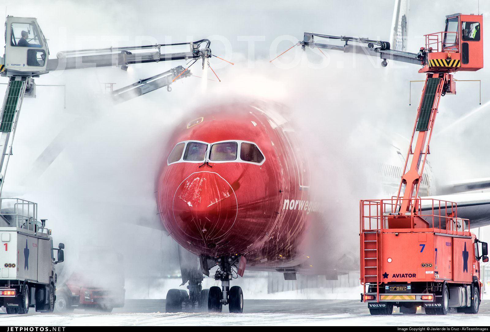 A Norwegian 787 deicing