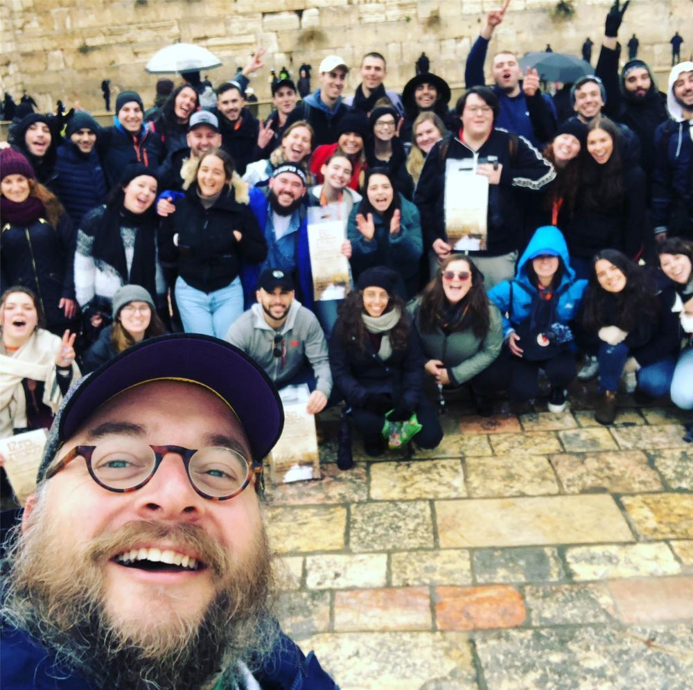 Rabbi Dov takes selfie with Birthright group