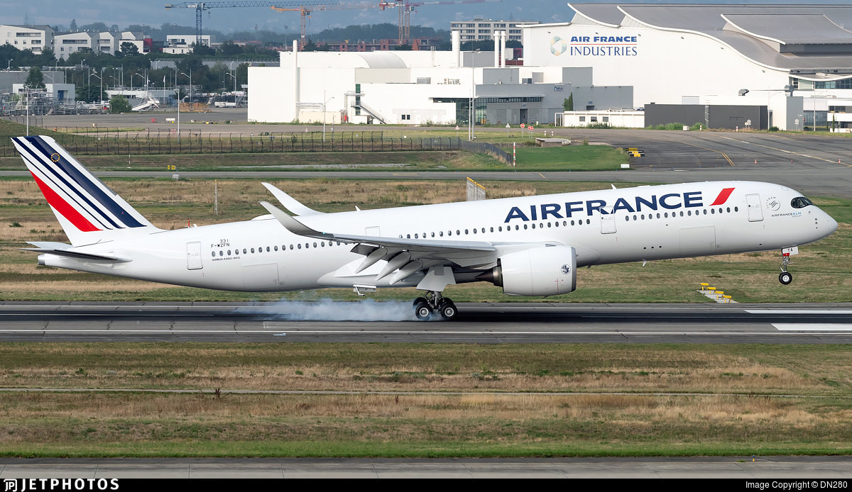 Air France A350 landing in Toulouse