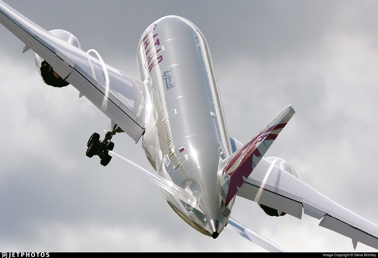 A Boeing 787 beginning its aerial demonstration at the 2012 Farnborough Air Show.