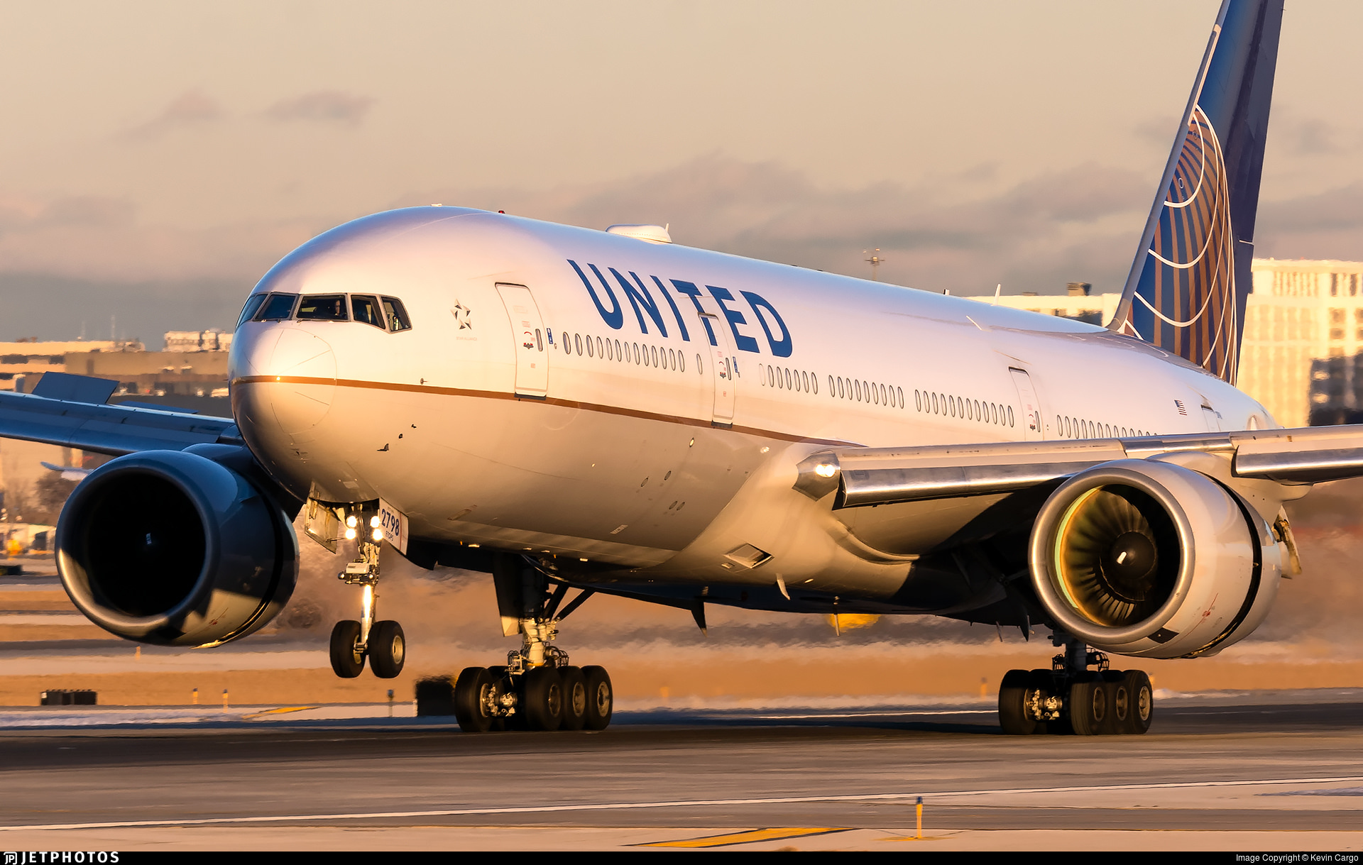 United 777 N798UA landing in Chicago. The fan blades from both engines will be send to Pratt & Whitney for inspection.