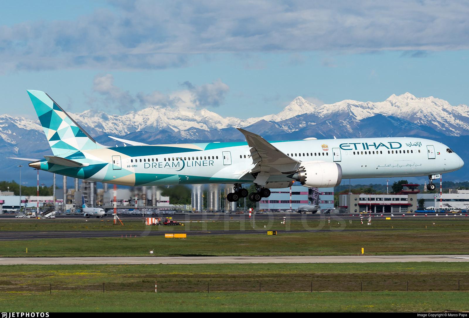 """Etihad's 787 """"Greenliner"""" landing in Milan."""