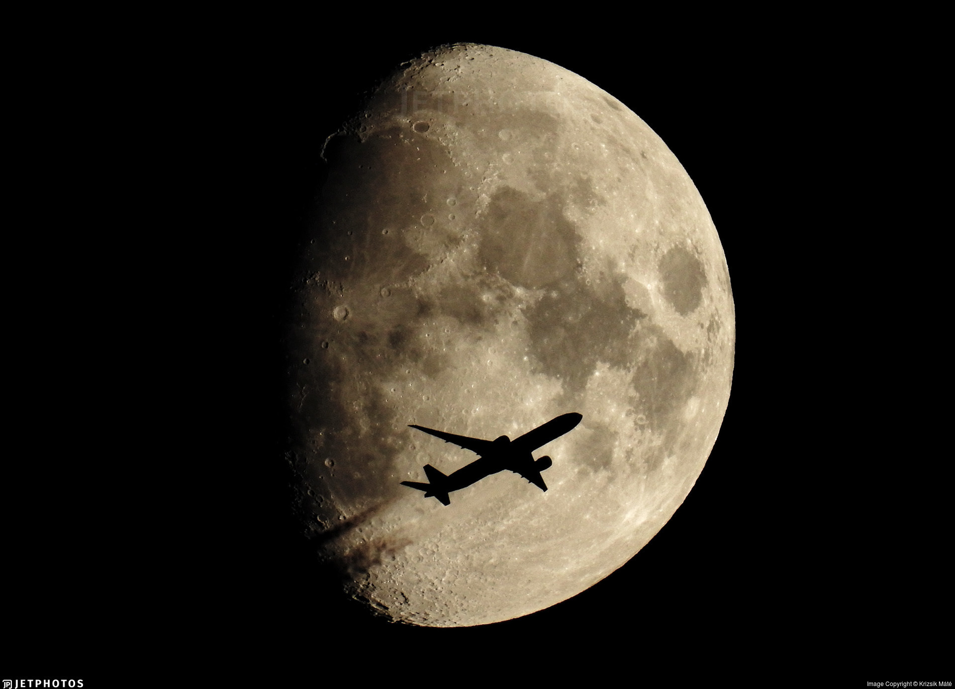 Singapore Airlines 777 crossing the moon above Hungary