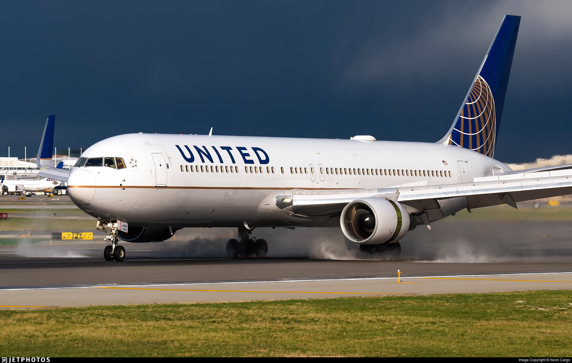 United 767 landing in Chicago