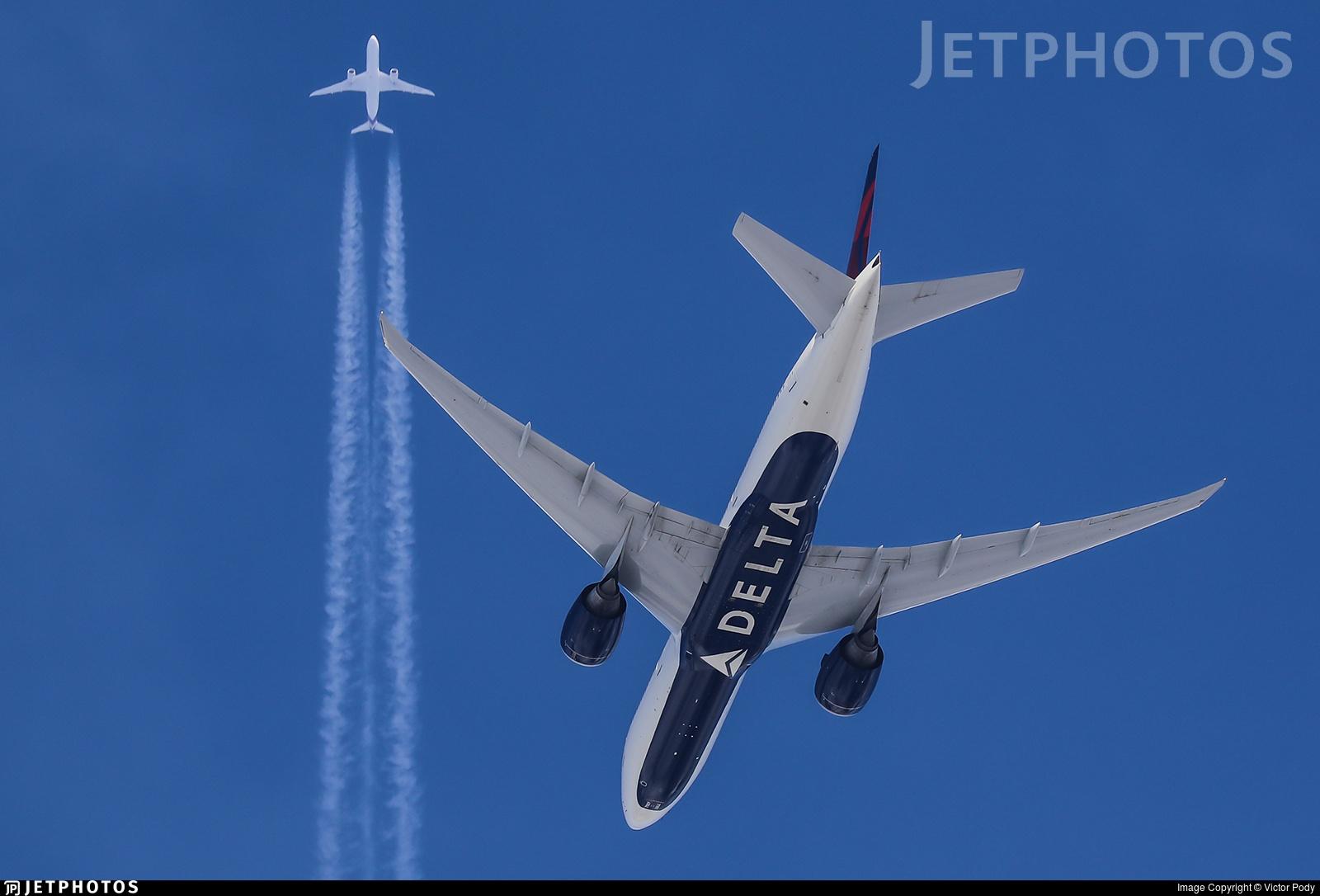 A Thai Airways 787 passes high above a Delta 777 landing in Sydney