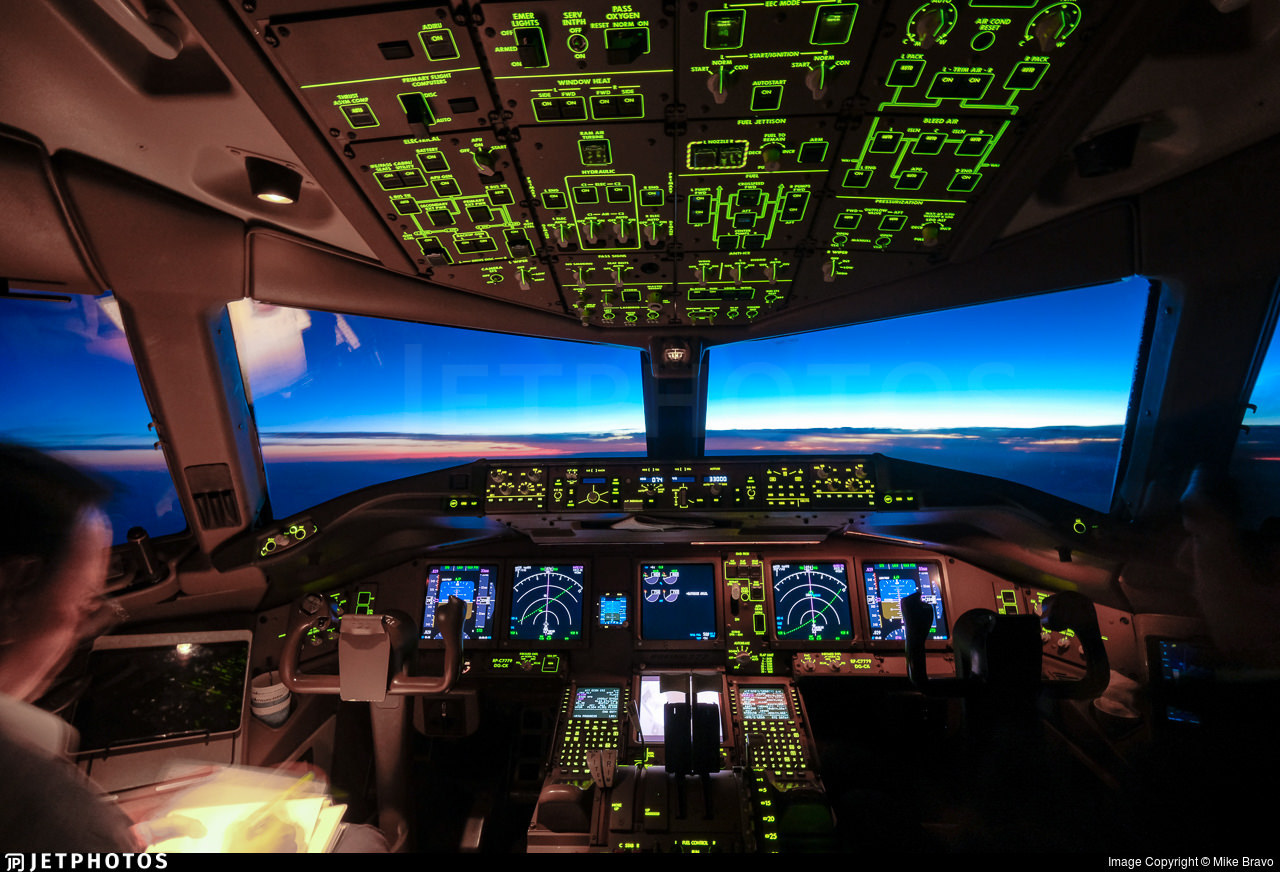 Flight deck of Boeing 777