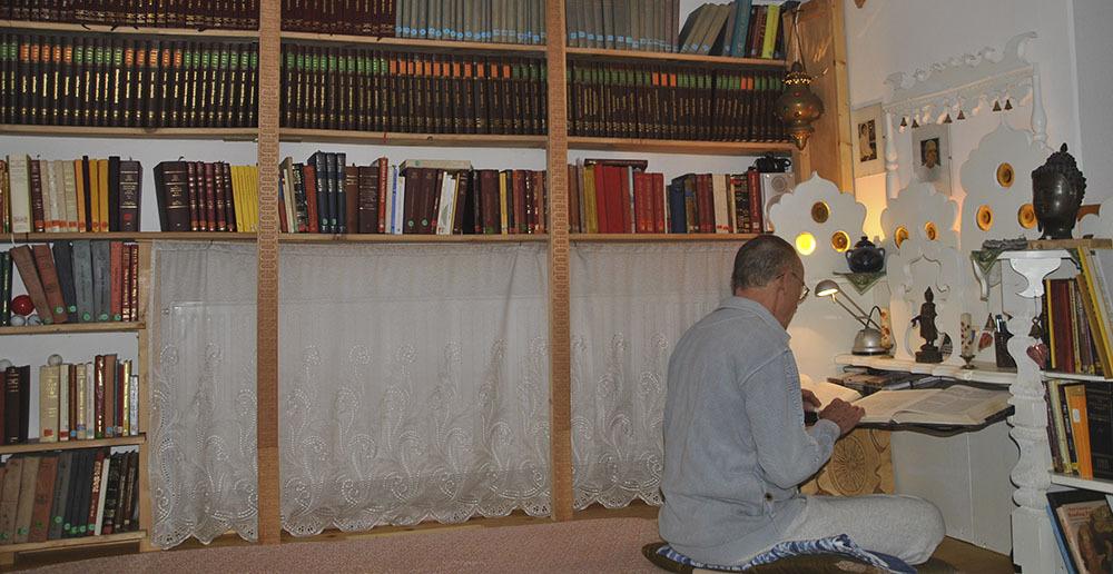Dhamma Server Klaus Nothnagel references Pāli Texts in his dedicated 'Pāli corner'.